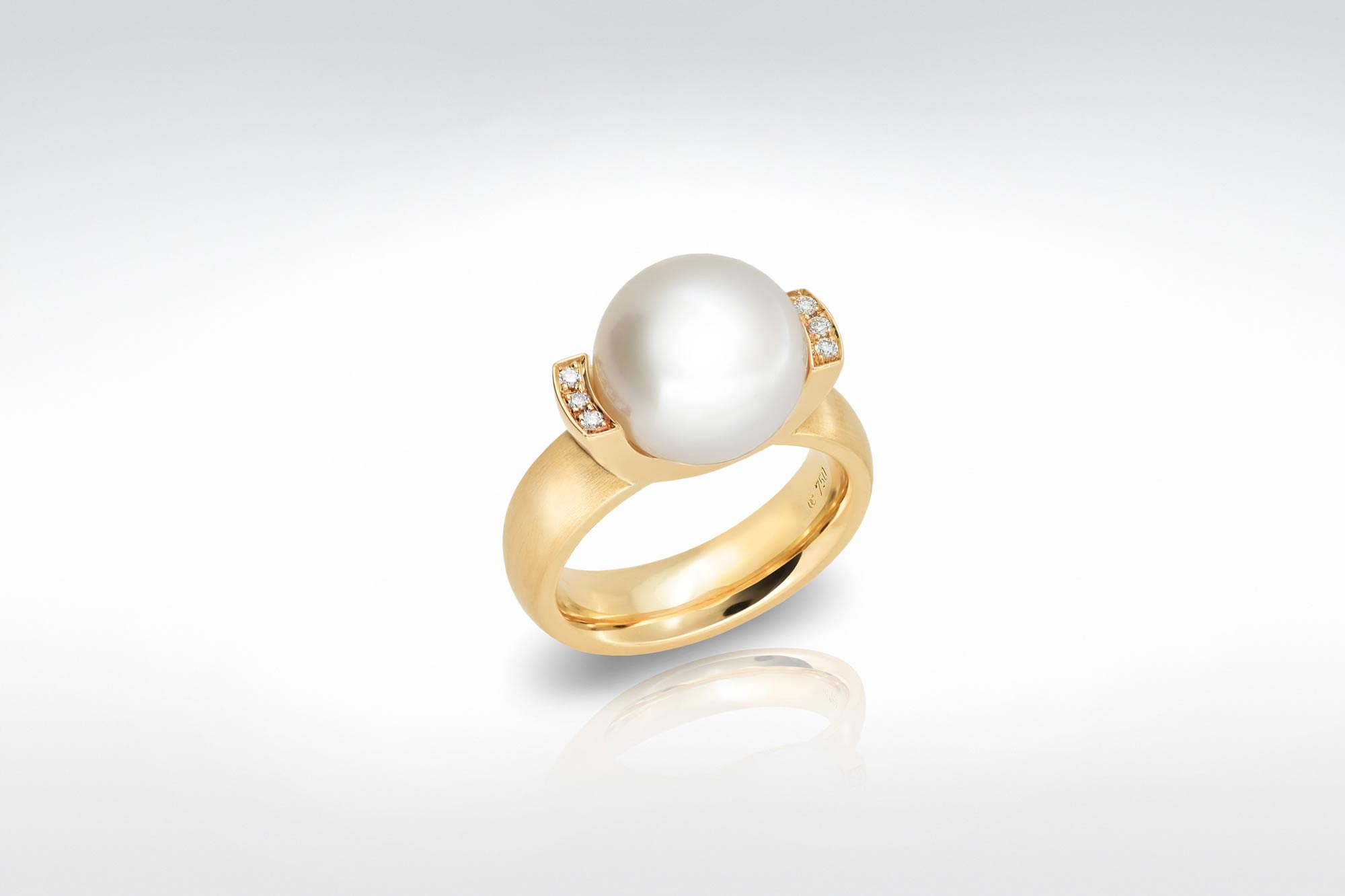 Farbfoto, A-167, Ring 750/GG, Breite 6 mm, 1 Südsee-Perle 12 mm, 6 Brill. 0,06 ct. tw-si, © ki